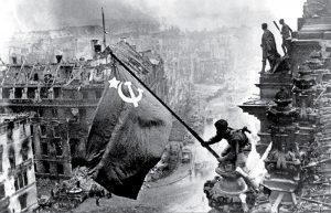 اهتزاز پرچم بر فراز رایشتاگ، عکس از یوگنی خالدی، برلین، آلمان، پایان جنگ جهانی دوم، 1945