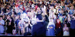 عکس: اولین کنسرت خیابانی در ایران، که توسط محمد معتمدی اجرا شد و اتفاقی است مبارک/ ایرنا