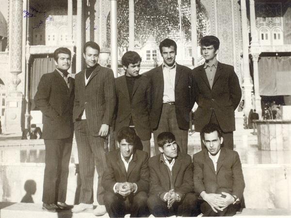 قم ۱۳۵۴، ایستاده از چپ: حسین دریاباز ،رضا پهلواننصیر(اولین شاعر نوحههای اجتماعی یزدی)، ناشناس، حسین عزآبادی(سرپرست فعلی هیئت)